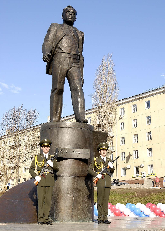 Памятник гагарину в саратове фото памятники из гранита фото воронеж wiki